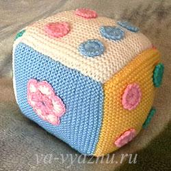 Развивающий кубик с цветочками, связанными крючком