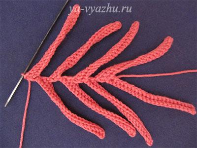 Длинные лепестки вязаного цветка хризантемы
