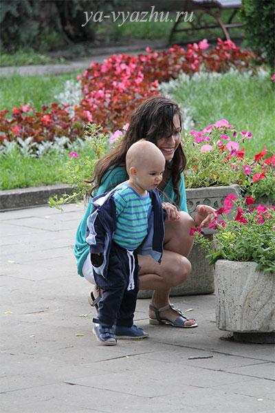 Сашуня готовится вдыхать аромат цветка