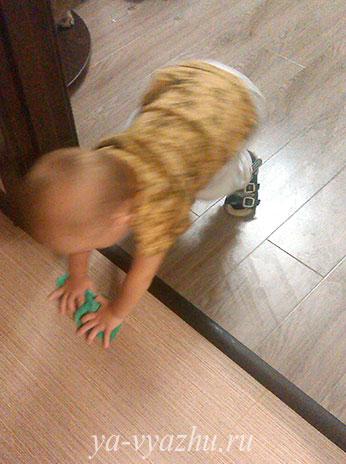 Малыш помогает маме