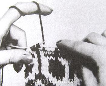 Нити придерживают указательным пальцем левой руки