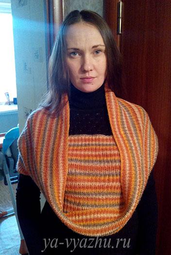 Вязаный спицами шарф-снуд