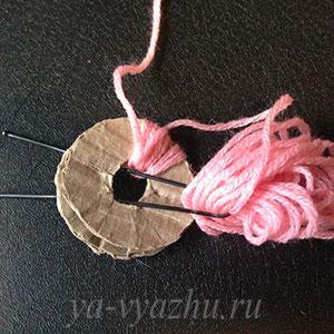 Как связать детскую шапочку спицами. Изготовление помпона 1