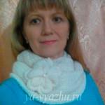Украшенный цветком шарф-снуд от Ольги Каримовой