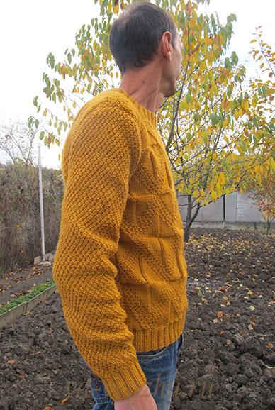 Мужской пуловер спицами, вид сбоку