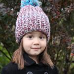 Детская шапочка с помпоном, связанная спицами к зиме