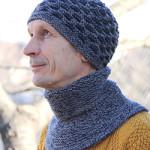 Теплая мужская шапка и манишка спицами в двух вариантах