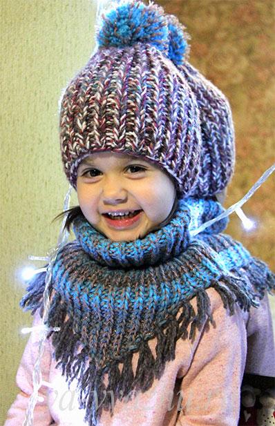 Детская манишка и шапочка спицами