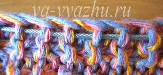По краю поддеваем петли для вязания рукавов