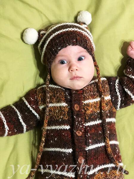 Внук в комбинезоне и шапочке от бабушки Лены