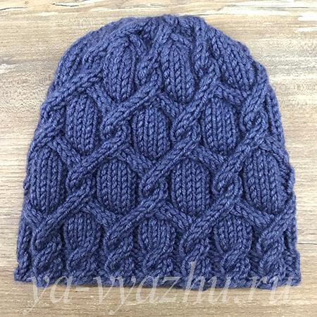Вязаная спицами женская шапка из толстой пряжи