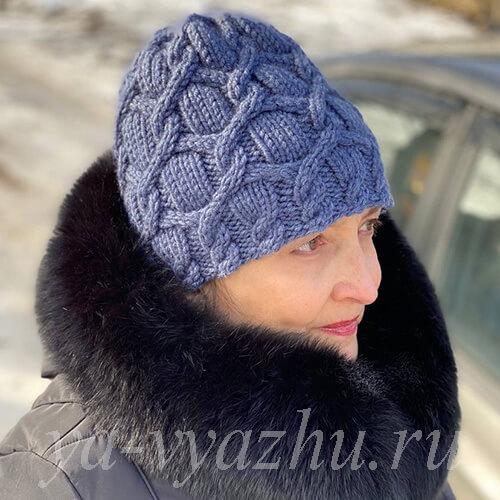 Женская шапочка спицами из толстой пряжи