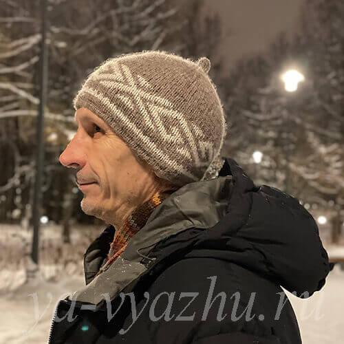 Муж в новой шапочке, связанной спицами