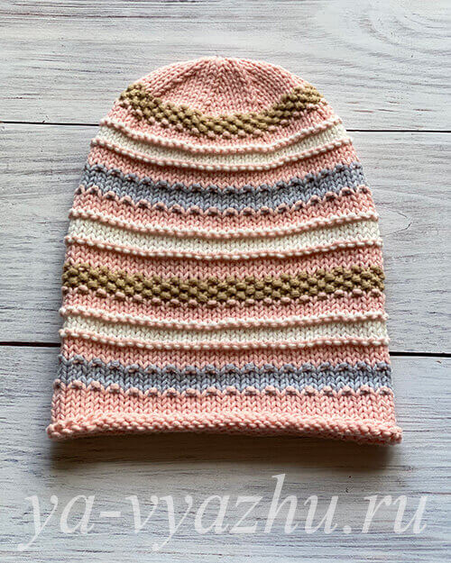 Розовая шапка бини в полоску