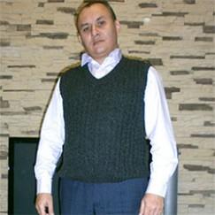 Мужской жилет, связанный спицами из жгутов: в нем будет очень тепло!