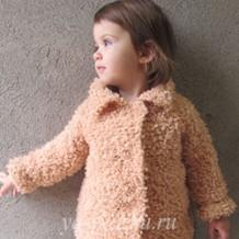 Пальто «Абрикоска», связанное спицами для девочки 2-3 лет