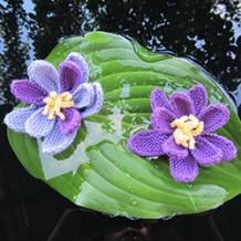 Вязаные цветы: в прозрачной летней дымке качаются кувшинки…
