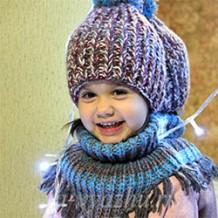 Детская манишка спицами — дополнение к шапочке с помпоном