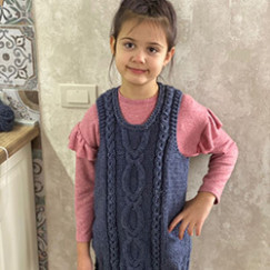Туника-безрукавка из толстой пряжи для внучки-школьницы